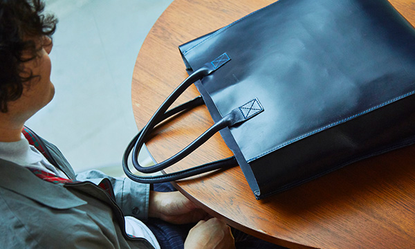 The tote bag that embodies the essence of UK craftsmanship for the head of a carpet company with a 50-year history.